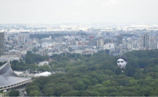 """嚇傻眾人!東京上空驚現巨大""""人臉"""",足有6層樓高"""