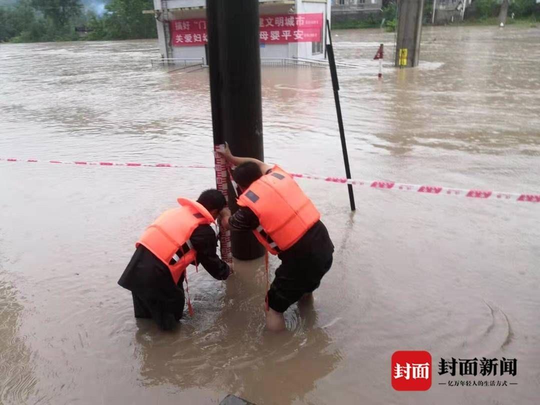 四川廣元嘉川水文站站房被淹 水文職工現場設立臨時水尺監控水位