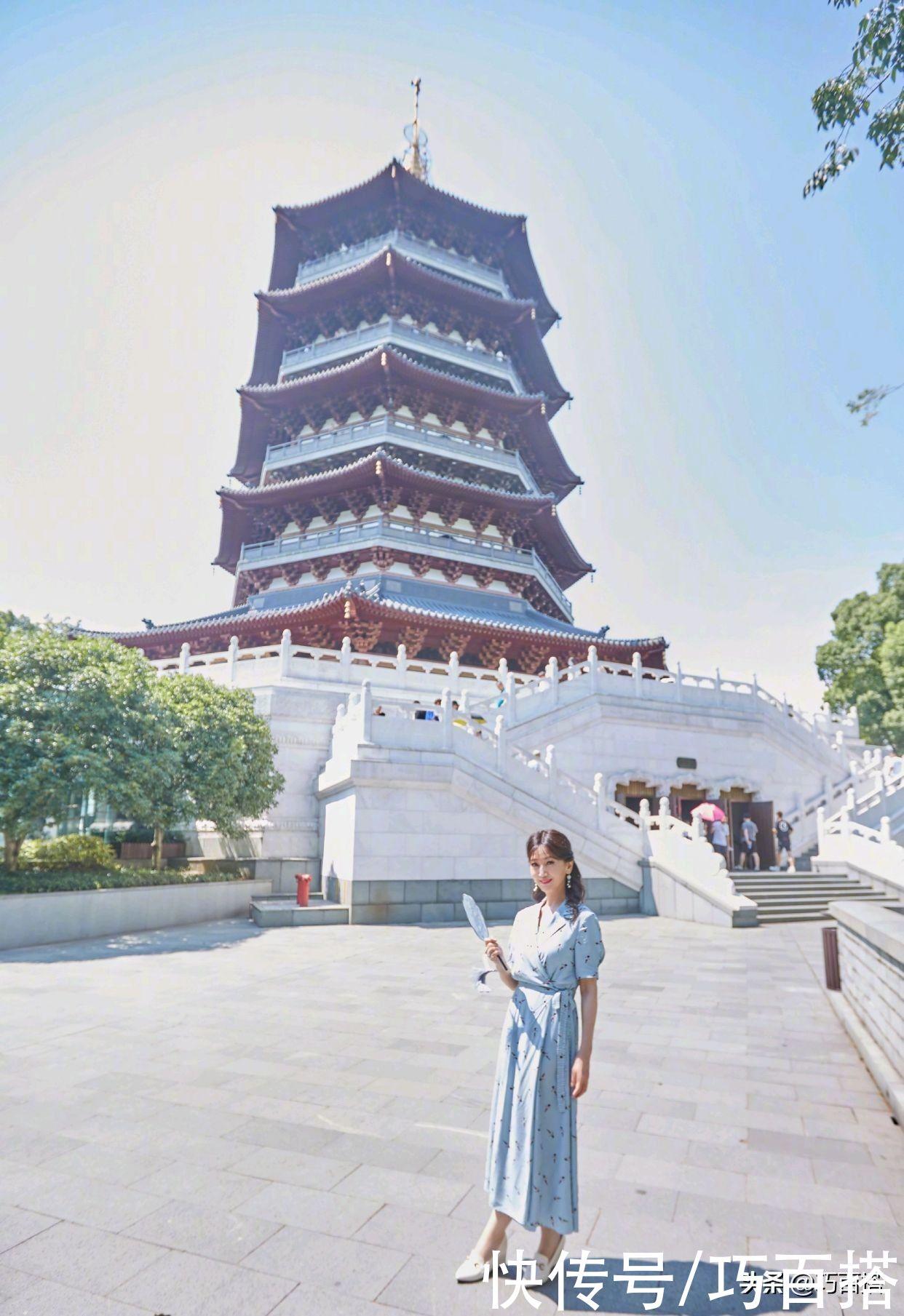 长裙|赵雅芝时隔29年重游雷峰塔,穿蓝色长裙手拿团扇,风采不减当年