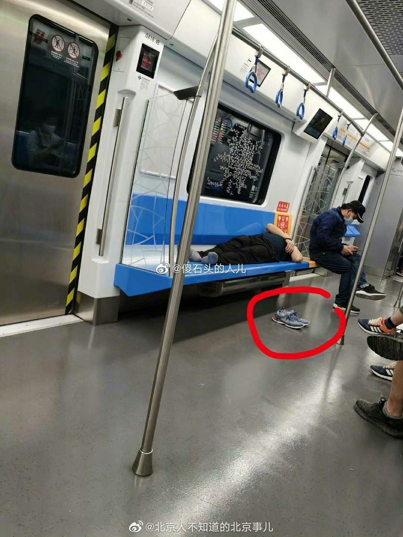 北京一男子地鐵脫鞋霸座睡覺,幾站後鞋不見瞭,網友:鞋看不下去自己下車瞭
