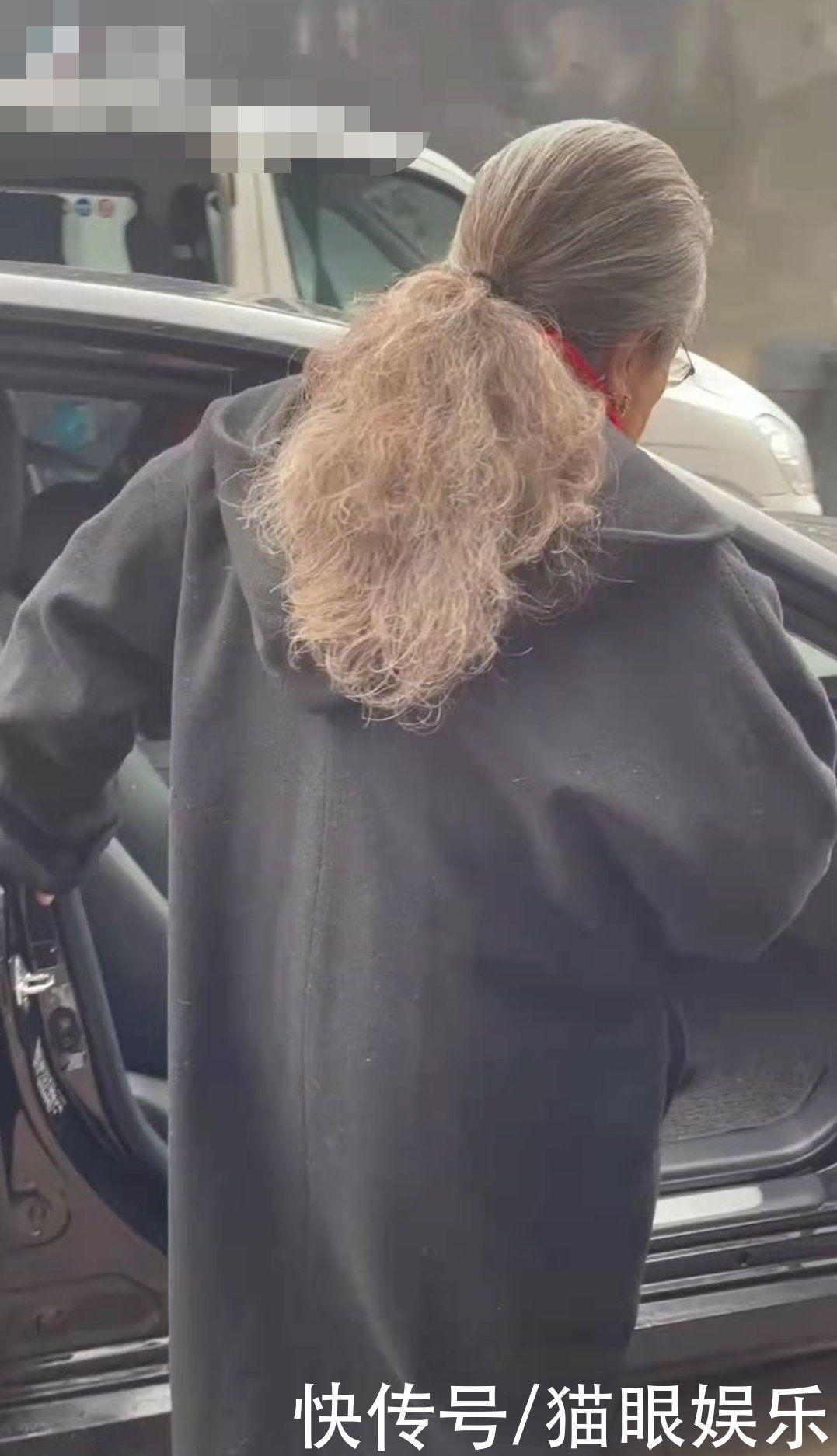 85岁容嬷嬷生活太朴素,呢子大衣粘满毛,一双200元鞋全是灰