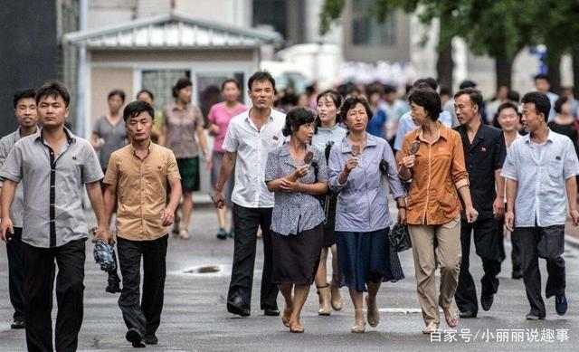 中国姑娘在朝鲜旅游,穿短裙上街,当地人感到很惊讶