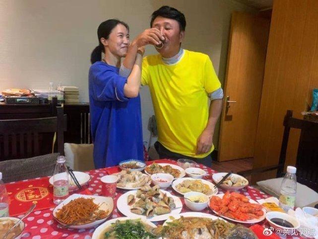王楠太幸福,老公郭斌親自下廚燒一桌年夜飯,兩人喝交杯酒迎新年