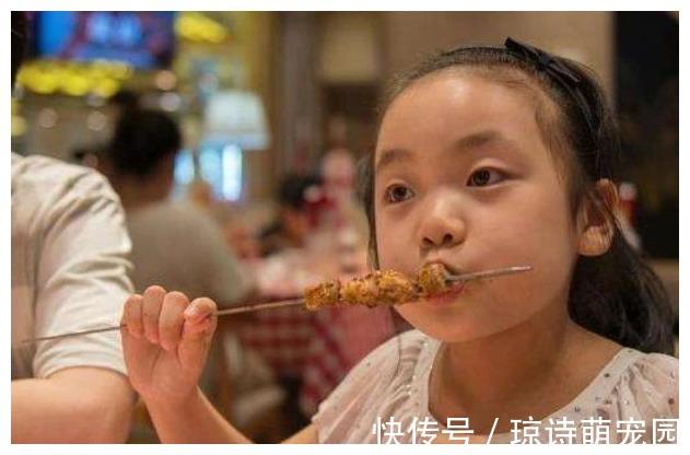 运动能力 吃一顿等于吃8个塑料袋,家长却经常让孩子吃,儿科主任:胡闹
