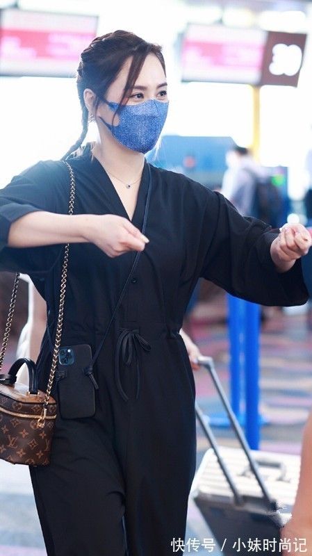 吸睛度 阿娇的40岁也太美好了,一身黑打扮虽很简单,气质高级比少女耐看