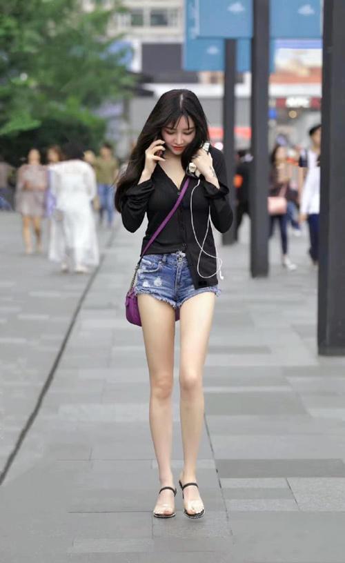 街拍牛仔热裤+一字带高跟凉鞋,小姐姐的穿搭太夏天了