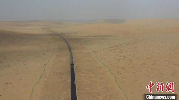 穿越塔克拉瑪幹沙漠新進度 新疆尉犁至且末沙漠公路預計明年5月通車
