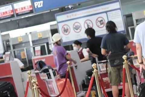 趙薇與竇靖童機場偶遇聊天,梳雙麻花辮造型減齡,兩人的褲子搶鏡