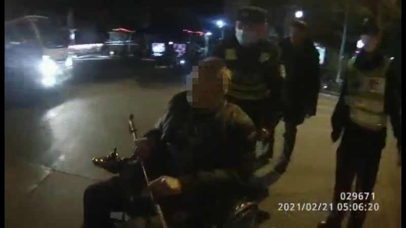 凌晨4时有人报警:高架上有老人坐电动轮椅逆行,民警立即赶到……