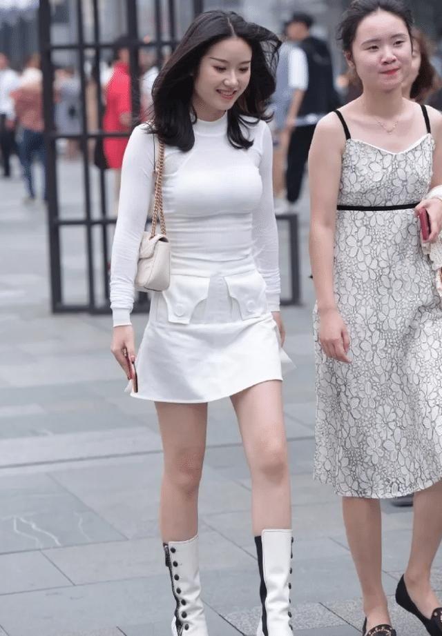 白色修身長袖T恤,搭配同色裙子,打造出魅力十足的氣質美