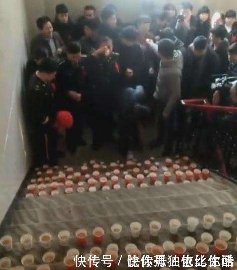兵哥哥帶人接軍嫂,看到樓梯的東西,伴郎們表示很同情新郎