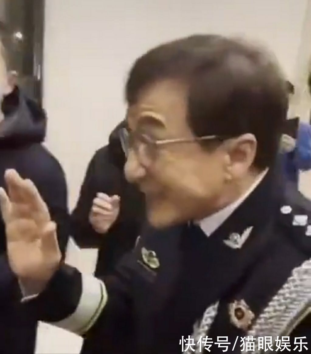 66歲成龍為警察代言,穿制服凍得直哆嗦,與陳寶國合照居C位