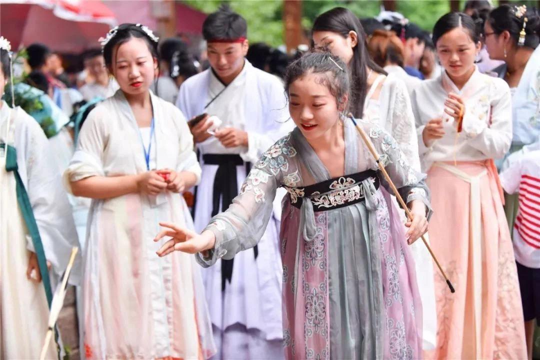 """国庆中秋大假第一天""""国潮""""风成亮丽风景线 游客踊跃打卡拍照"""