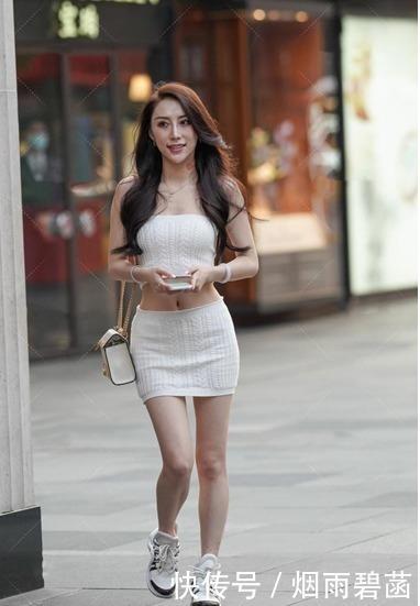 小姐姐穿白色針織裙展現運動風,小包包搭配運動鞋穿出少女感