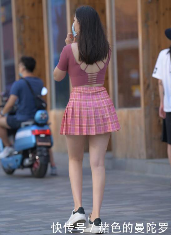 微胖女生的时尚穿搭,紧身上衣配百褶裙,靓丽有肉感