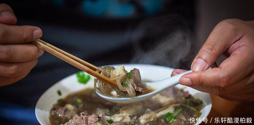 寧波奉化這家牛肉麵館,環境簡陋無服務,卻要排隊1小時才能吃上