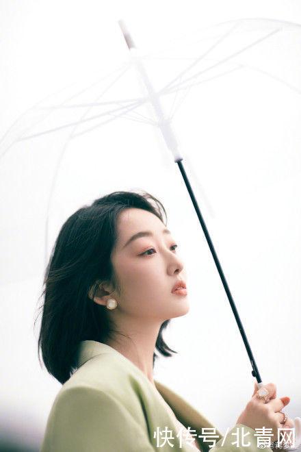 赴一場雨的邂逅!蔣夢婕天台撐傘回眸淡笑