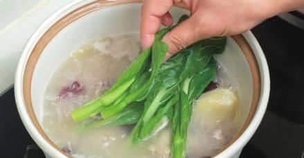 天气转凉,在家用这个方法煲个鸡汤,调味只需一点盐,养生又鲜美