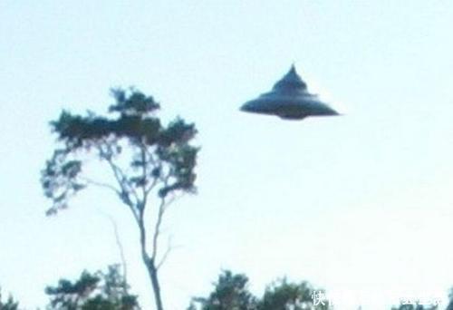 波兰男子旷野中拍到不明飞行物体照片,俄专家称40年来最清晰影像