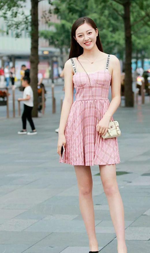 街拍:成熟知性的姐姐,職業范的連衣裙搭配高跟鞋也是很有氣質呢