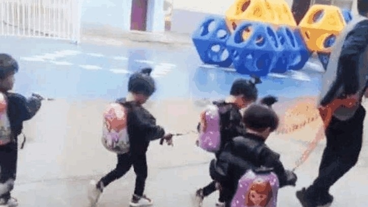 宝爸 爸爸接四胞胎放学犯了愁, 看到爸爸手里的东西, 老师忍不住笑了!