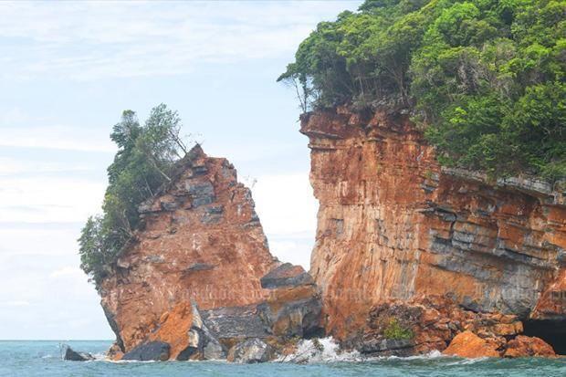 台风「红霞」发威 泰国国家公园小岛崩裂
