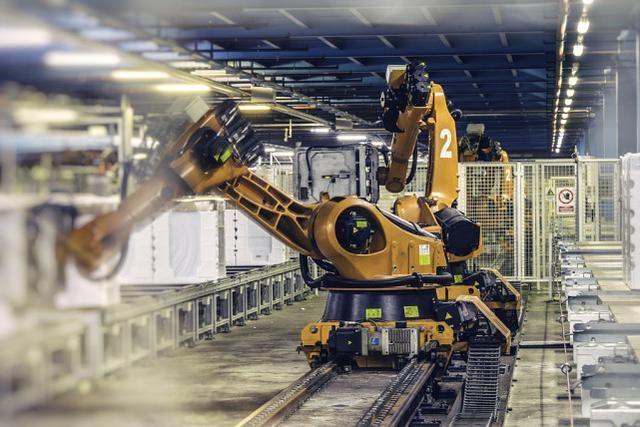 """機器人少,中國是""""紙龍""""?專傢:美國光靠這解決不瞭人工問題!"""