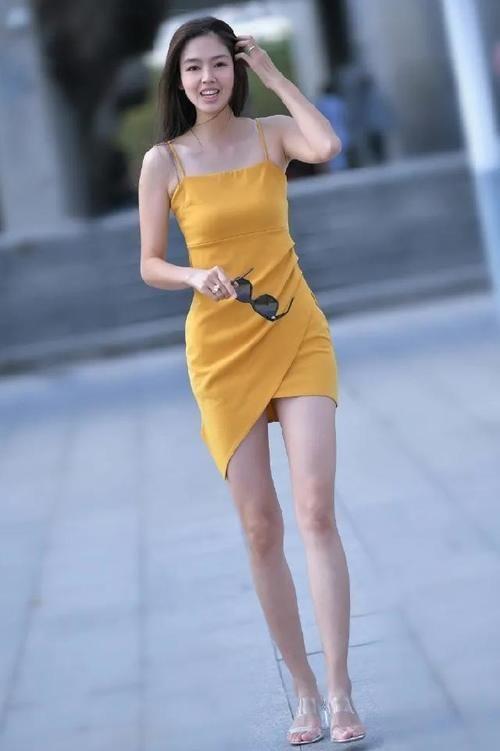 橘色吊帶連衣裙,搭配透明高跟拖鞋,盡顯出嫵媚動人的氣質