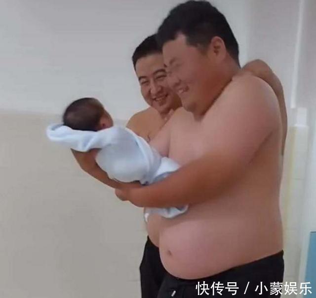 兄弟瞅著我的孩子,妻子躺床上瞅著我們三個,在病房大笑起來