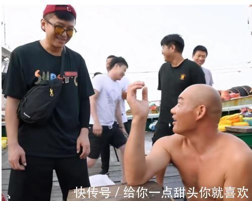 搬运|邓超与农民工掰手腕,比赛结束后一个举动引热议,网友:嫌弃就别玩