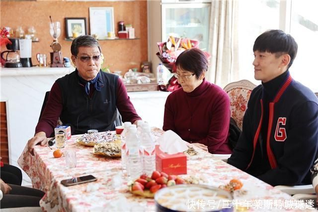 徐根寶迎77歲壽辰!范志毅4歲女兒真懂事 還幫著祖師爺切蛋糕