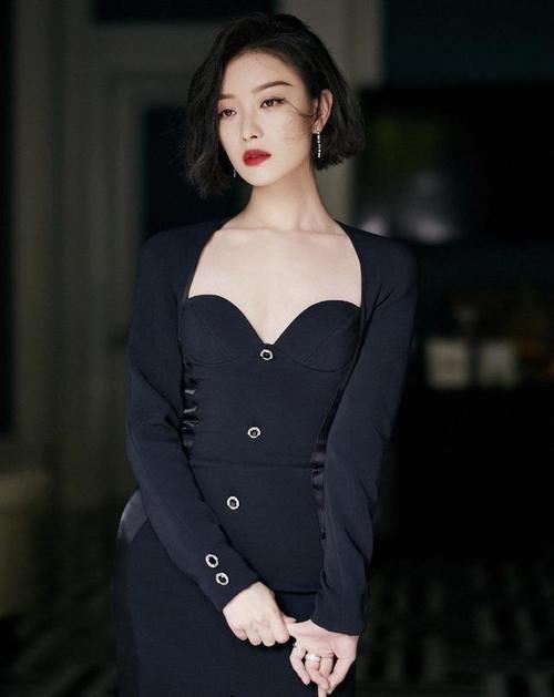 风情万种代言人倪妮太惊艳,黑色开衩裙搭配复古红唇,高级感好绝