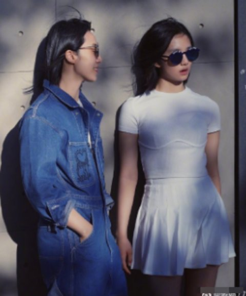 15歲多多穿緊身裙太成熟,近照大紅唇戴墨鏡,與媽媽同框難辨認