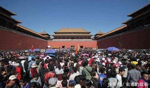 游客都|一个外国人拿着清朝老照片,去故宫旅游,对照完顿时很是感慨