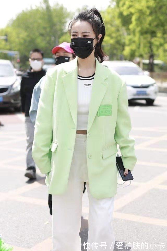 薇婭衣品真好,綠西裝配闊腿褲洋氣又高級,這派頭完全不輸女明星