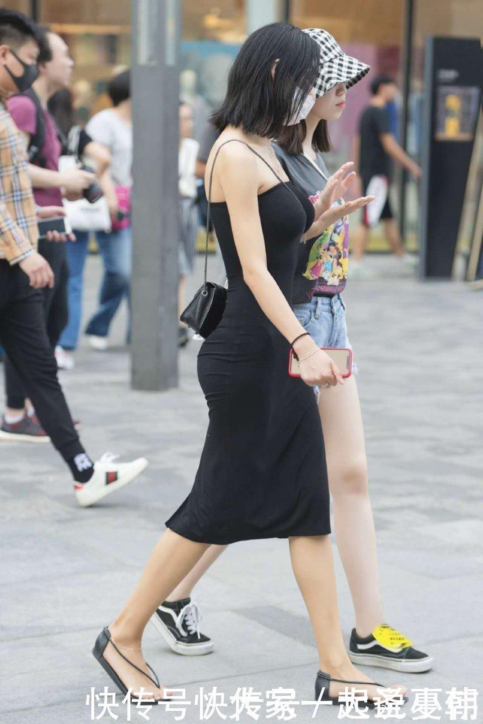 美女街拍一字肩連衣裙後開叉街拍,盡顯優雅輕熟風