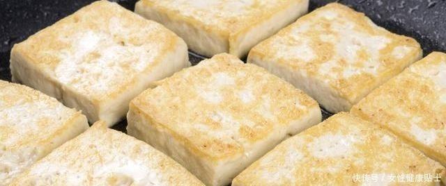 煎豆腐直接下鍋,豆腐就毀了,掌握這4個技巧,豆腐不碎不粘鍋