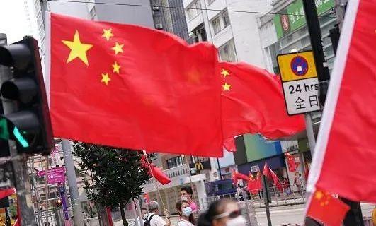 香港街头 国旗飘扬
