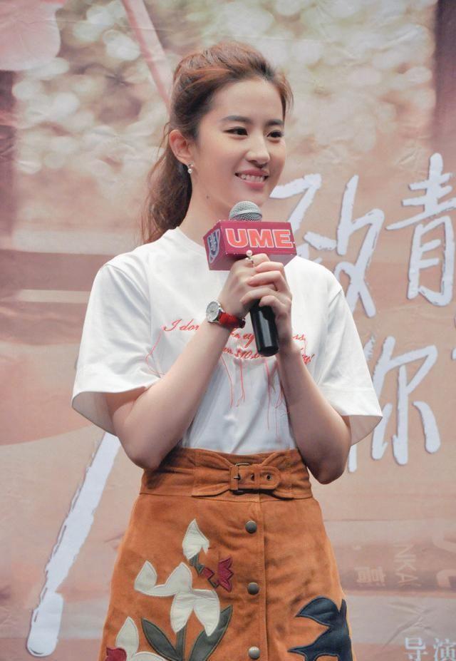 劉亦菲氣質把握太穩,白T恤配半身裙清純甜美,隨便穿都有氣質感