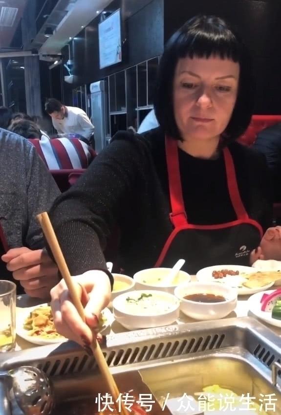 奇聞:老外帶父母吃火鍋,第一次吃毛肚,吐出的四字令人刮目相看