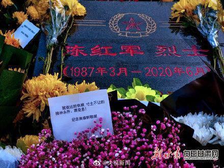 """蘭州烈士陵園內,""""衛國戍邊英雄""""陳紅軍墓前鮮花遍地"""