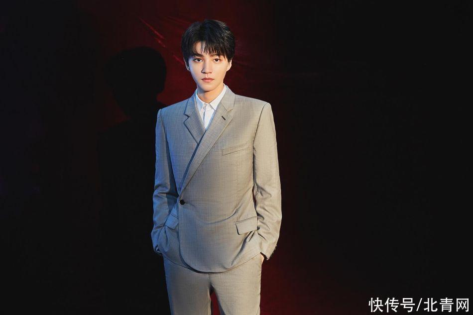 王俊凱最新造型曝光 身穿灰色西裝大長腿好優越