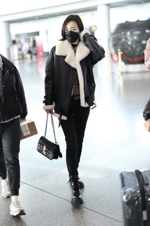 王麗坤真的是太瘦瞭,筷子腿太惹人註意瞭,衣服感覺都大瞭一碼