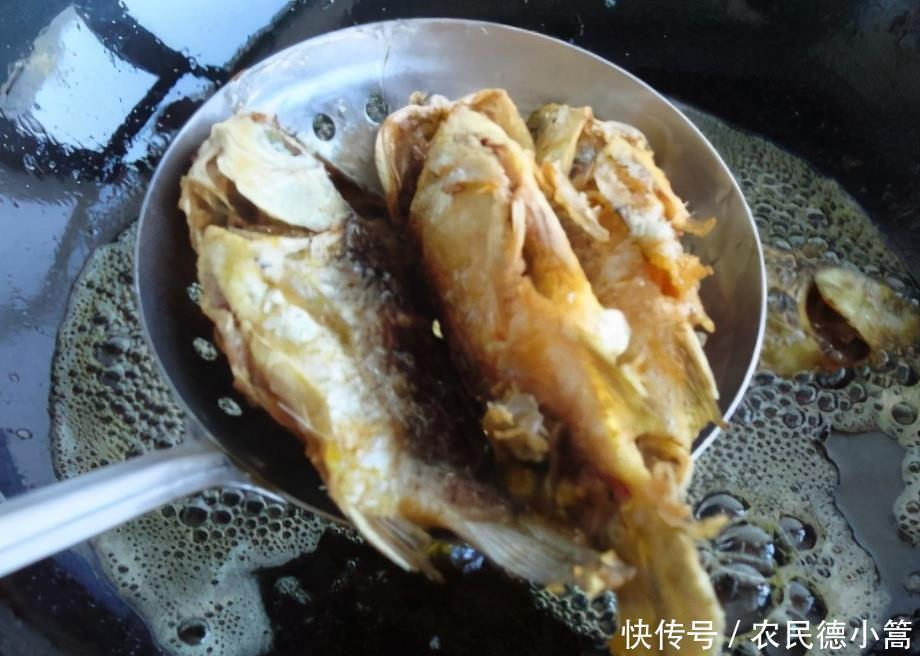 炸小魚時,有人裹粉有人掛蛋液,大廚:教你正確做法,香酥不回軟