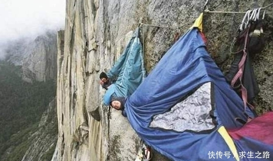 """世界最强""""钉子户"""",仅凭一根钉悬在山崖上,如今却成了网红!"""