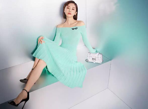 王子文真厉害,一袭薄荷绿百褶裙穿出美艳感,露肩更显女人味