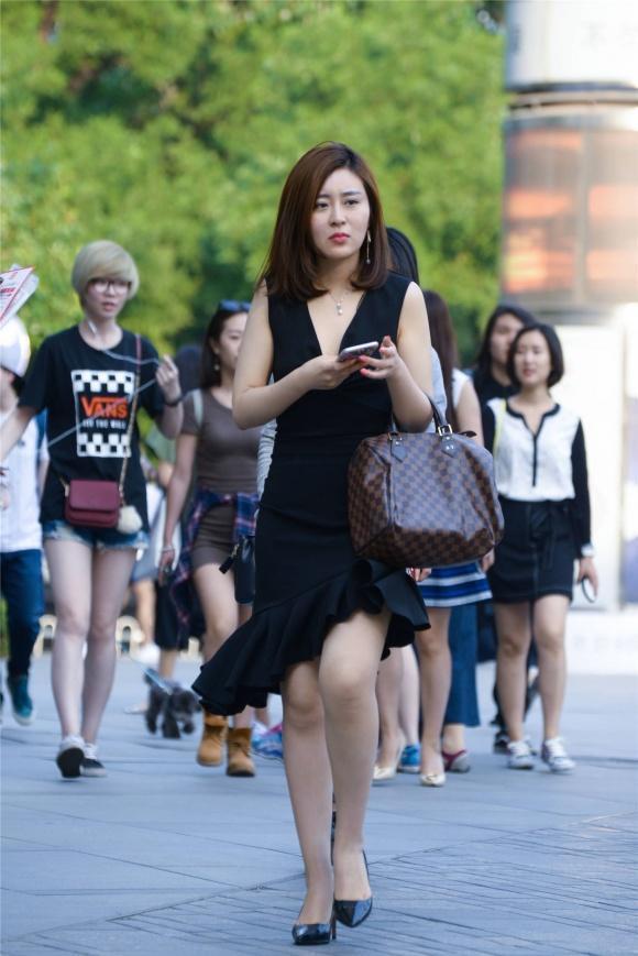 駕馭黑色深V領修身裙,美的清爽又顯成熟氣質,優雅美麗擋不住