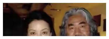 70歲張紀中還賣力帶貨,眼神無光太憔悴,妻子鴿子蛋戒指太搶鏡