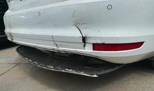 车主买了桑塔纳感觉不对劲,拆开保险杠以后,大众汽车就这水平?