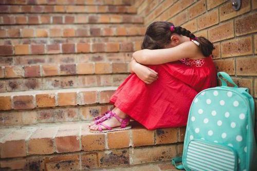 女儿3岁了还不会走路,妈妈送去医院检查,医生低声道:快报警